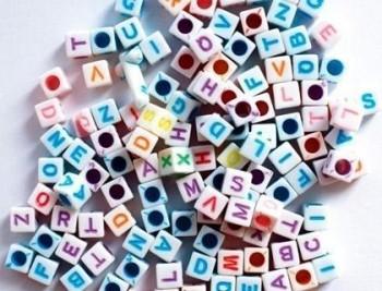 Cuentas de plastico abecedario forma de cubo 6 mm bolsa de 300 unidades colores surtidos